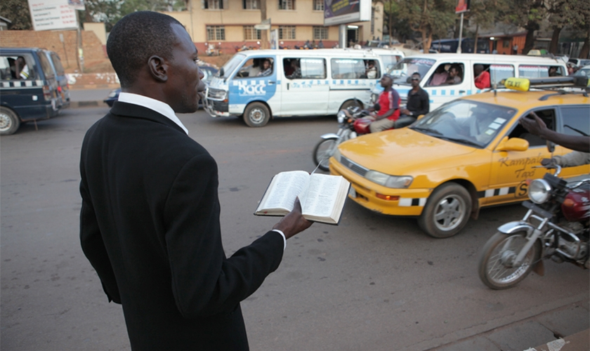 Homem prega em rua de Uganda. (Foto: Salon)