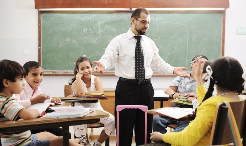 Professor e alunos. (Foto: ExpertBeacon)