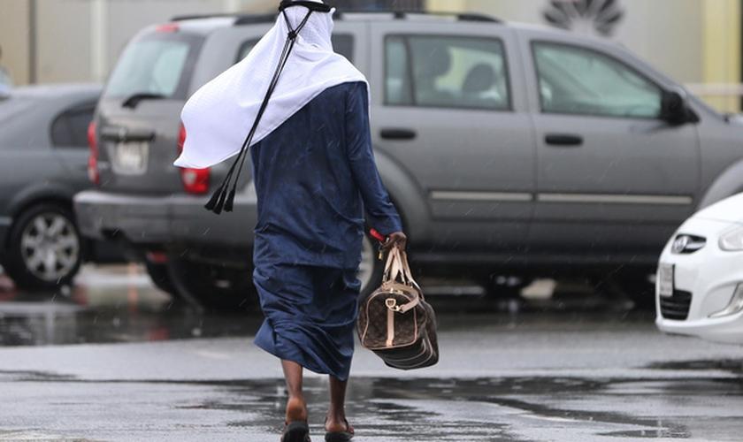 Homem andando em Dubai, nos Emirados Árabes Unidos. (Foto: Associated Press Photo)