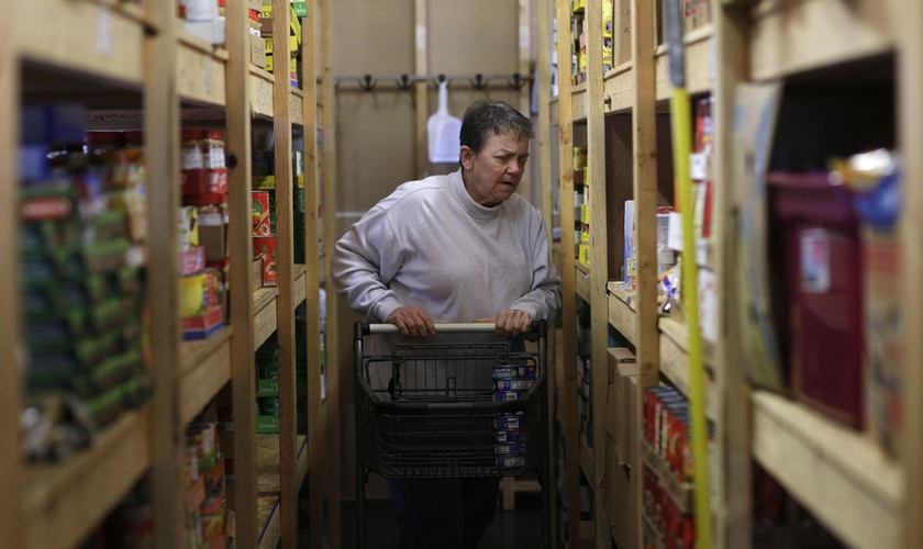 Vicki Seagel, de 61 anos, trabalha diariamente para garantir alimento às famílias. (Foto: Isaac Smith/The Southern)