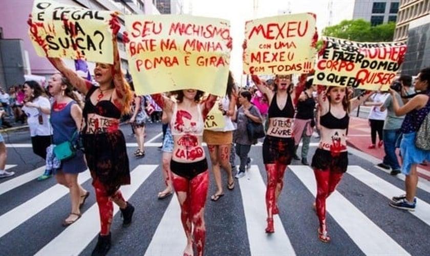 Feministas se manifestando  a favor da legalização do aborto. (Foto: Adrenaline)