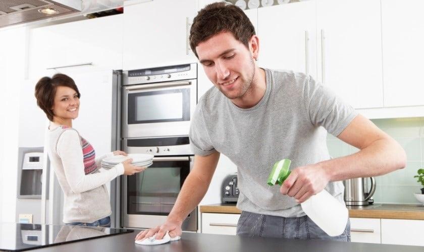 Marido divide tarefas domésticas com esposa. (Foto: 6 meses para mudar)