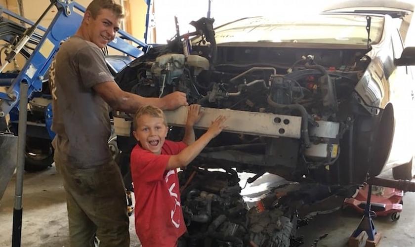 J.T. e Mason estavam trabalhando com seu pai num Toyota Prius quando o carro de repente caiu. (Foto: Arquivo pessoal)