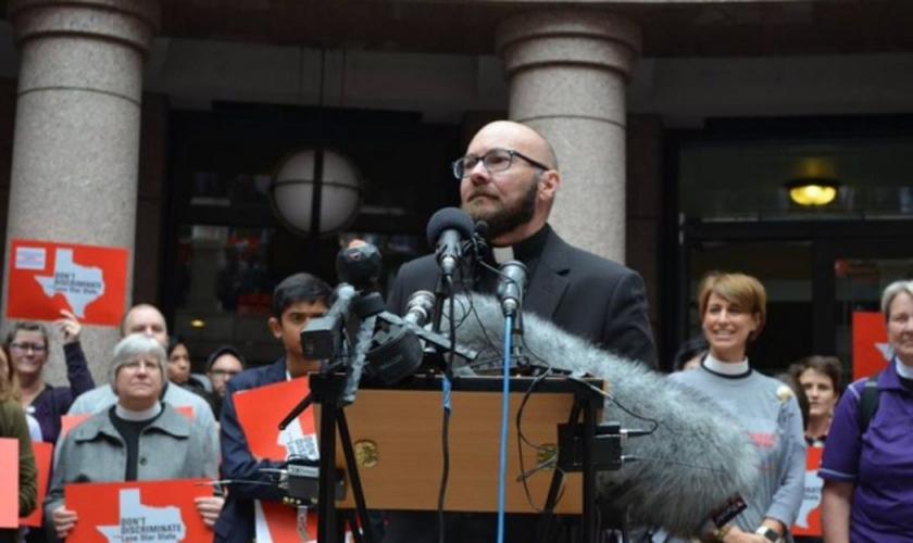 Pastor S. David Wynn participa de manifestação LGBT, no Texas. (Foto: Facebook/Agape MCC)