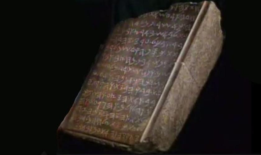 Autenticidade da tábua de pedra seria prova dos escritos bíblicos. (Foto: Reprodução)