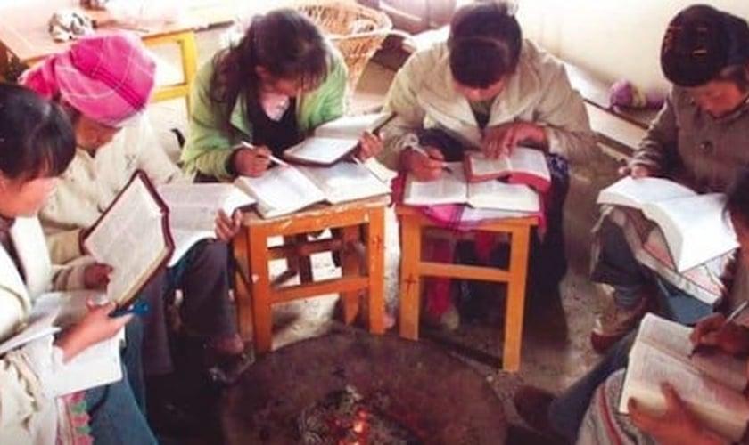 Mulheres se reúnem para estudar a Biblia, na Ásia. (Foto: DAVEMIERS)