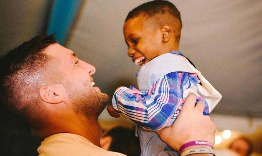 Tim Tebow revelou à revista 'People' que sonha em adotar uma criança de cada continente. (Foto: Facebook)