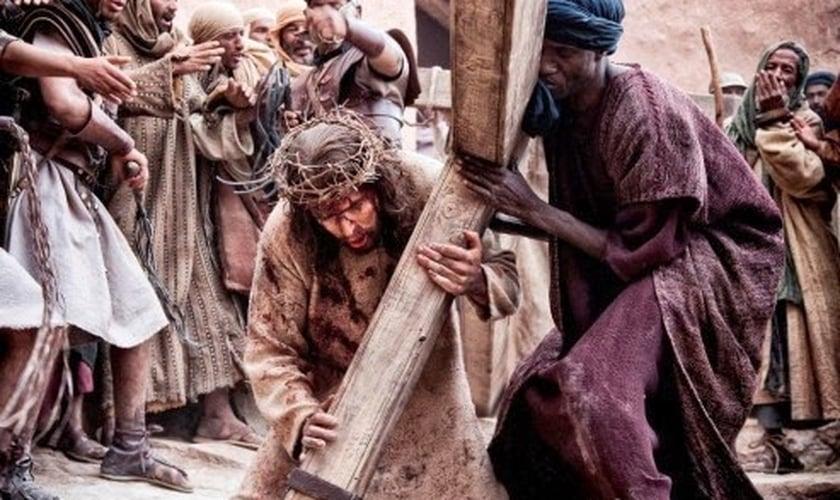"""Cena da crucificação de Jesus no filme """"Paixão de Cristo"""". (Imagem: Youtube)"""