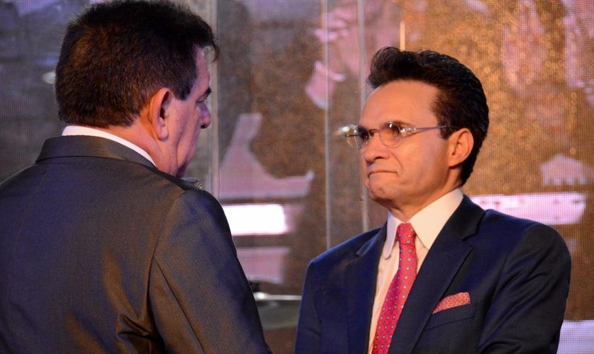 Pastor Jabes Alencar (esquerda) transfere a liderança da AD Bom Retiro para o pastor Samuel Ferreira. (Foto: Getúlio Camargo)