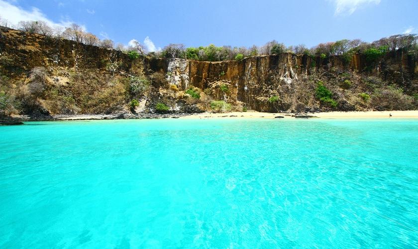 Praia do Sancho, em Fernando de Noronha, está entre uma das mais visitadas. (Foto: Wikimedia Commons)