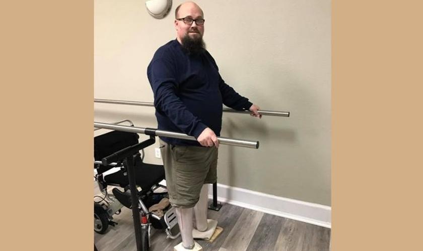 Os médicos precisaram amputar os pés de Jason em junho de 2016. (Foto: Reprodução).