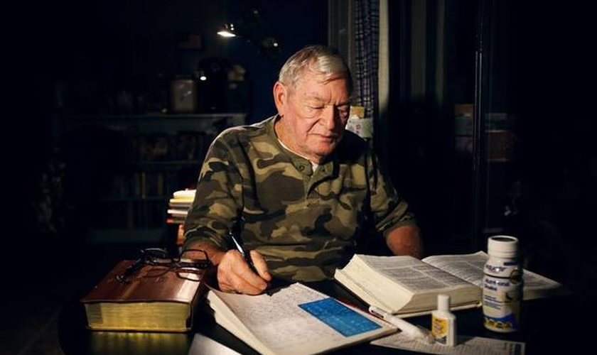 Ralph Reed está transcrevendo a Bíblia completa. (Foto: Sun Herald)