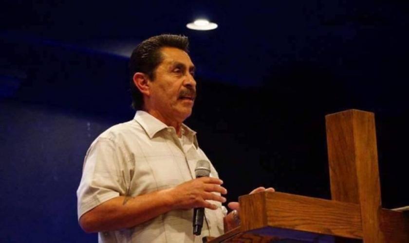 Pastor Robert Valero foi assinado por um dos membros de seu rebanho, nos EUA. (Foto: Facebook)