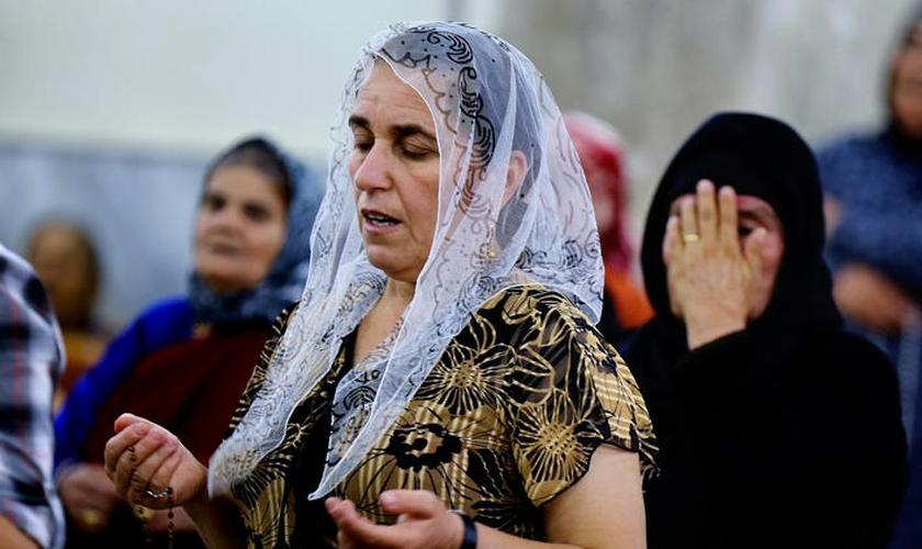 Mulheres em momento de oração no Iraque, que já completa 14 anos de guerra. (Foto: Reprodução)