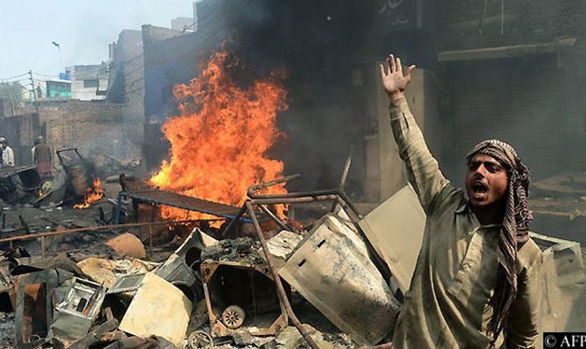 Centenas de cristãos fugiram do bairro naquela noite, temendo uma nova retaliação. (Foto: AFP).