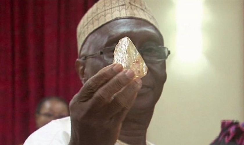Pastor Emmanuel Momoh mostra o diamante que encontrou em Serra Leoa. (Foto: Toronto Star)