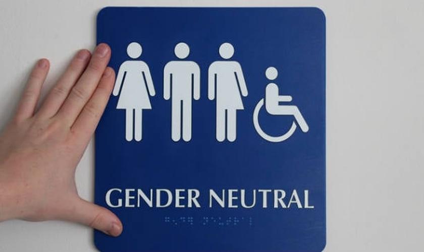 Plaqueta indica banheiro transgênero nos EUA. (Foto: The Hill)