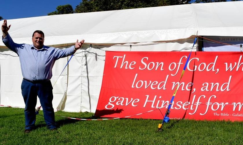 Bryan Stewart em frente à sua 'Tenda do Evangelho'. (Foto: The Advertiser)