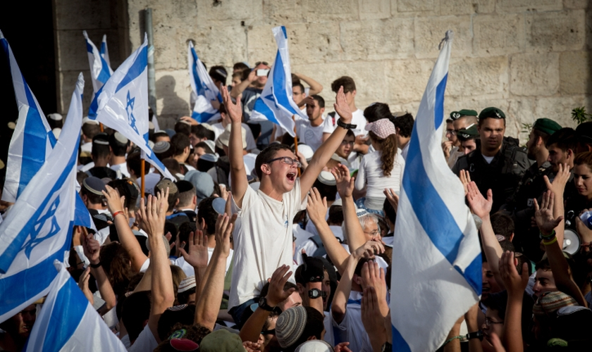 Judeus celebram no Monte do Templo. (Foto: The Times of Israel)