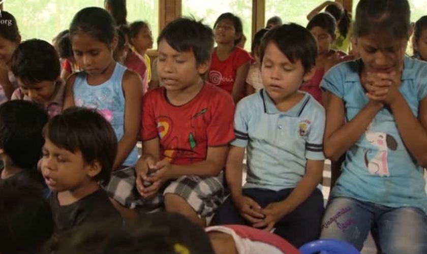 Crianças oram na 'aldeia infantil', construída sob liderança de María Scheelje. (Foto: CBN)