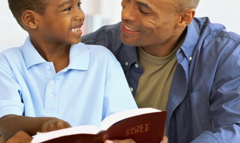 Muitos pais se sentem mal preparados ou simplesmente não sabem por onde começar a compartilhar a fé. (Foto: Reprodução).