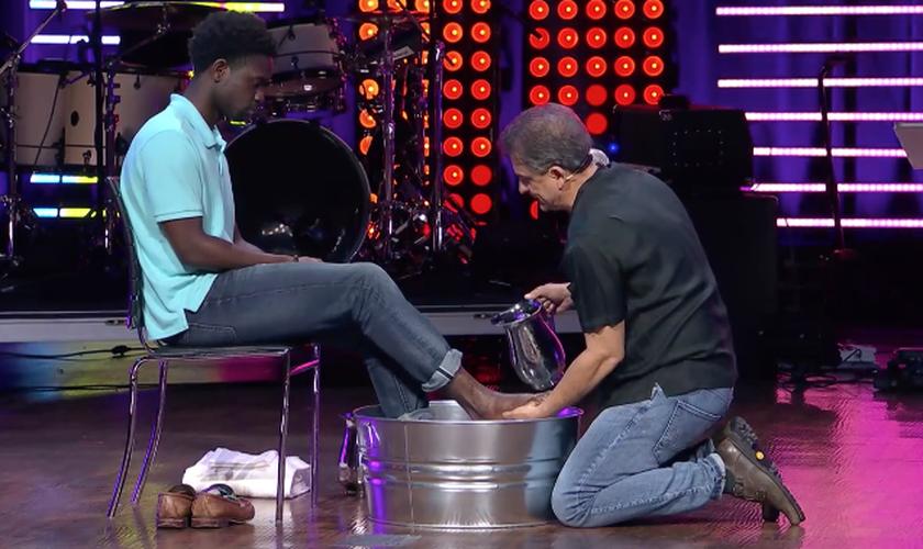 Dennis Rouse lavou os pés de um jovem negro durante um culto de sua igreja. (Foto: Reprodução/Facebook)