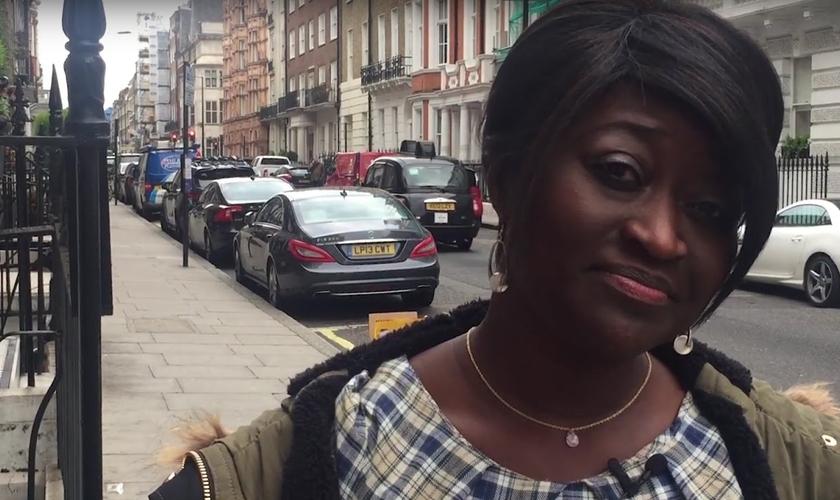 Após 15 anos de profissão, Sarah Kuteh foi demitida do hospital onde trabalhava porque falou de Jesus aos pacientes. (Foto: Kent Online)