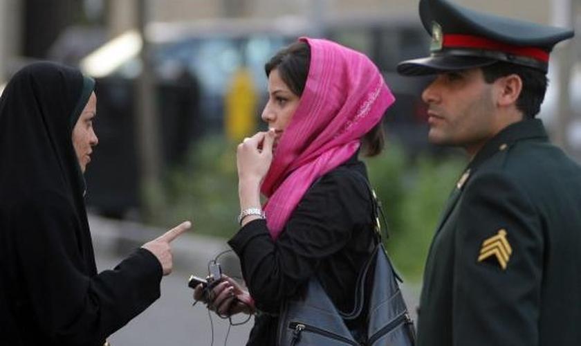 O uso do hijab tem sido exigido de mulheres, até nas igrejas. (Foto: The Independent)
