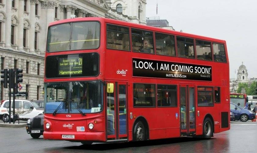 """Ônibus exibe a mensagem """"Vejam, eu venho logo!"""", descrita em Apocalipse 22:12. (Foto: Divulgação/Quote Jesus)"""