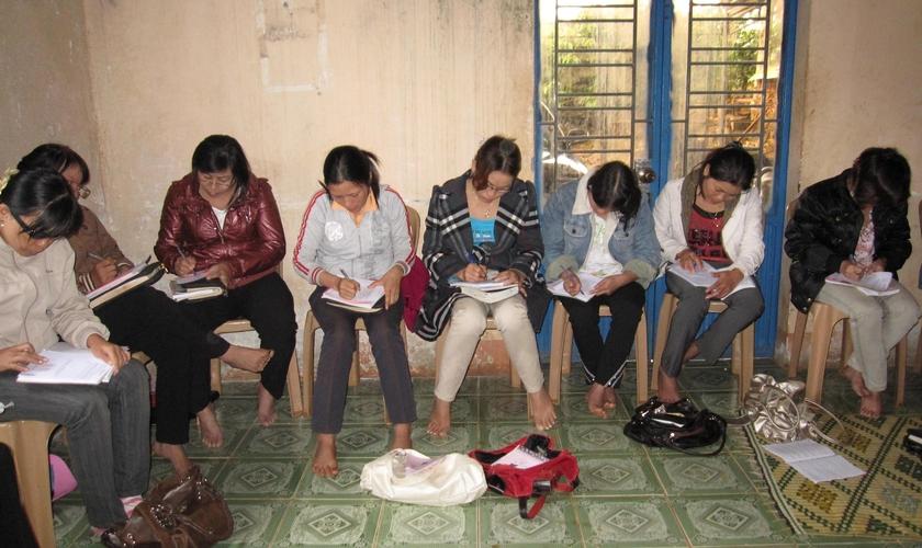 Imagem ilustrativa. Cristãos durante estudo bíblico no Vietnã. (Foto: Portas Abertas)