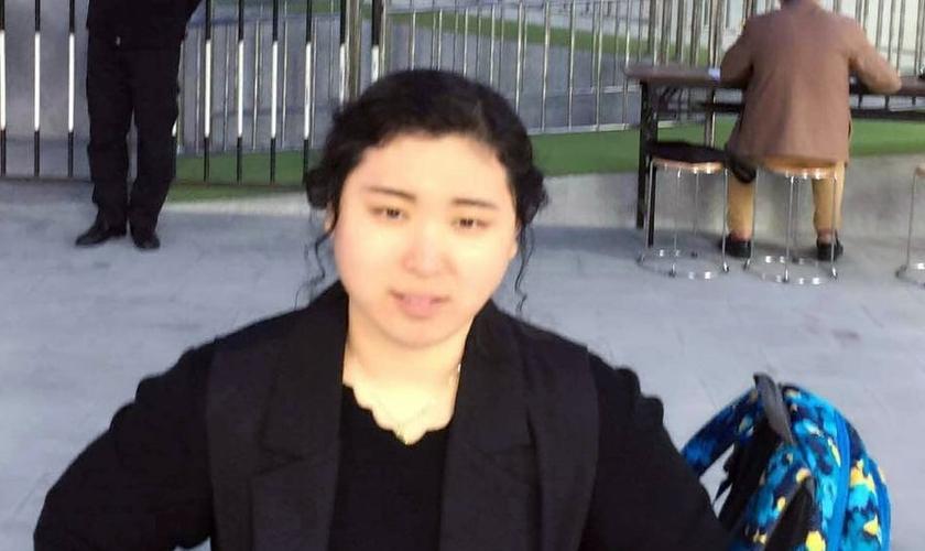 Xu Lei, a esposa de Li Hongmin está sendo forçada a sair de seu apartamento. (Foto: China Aid).