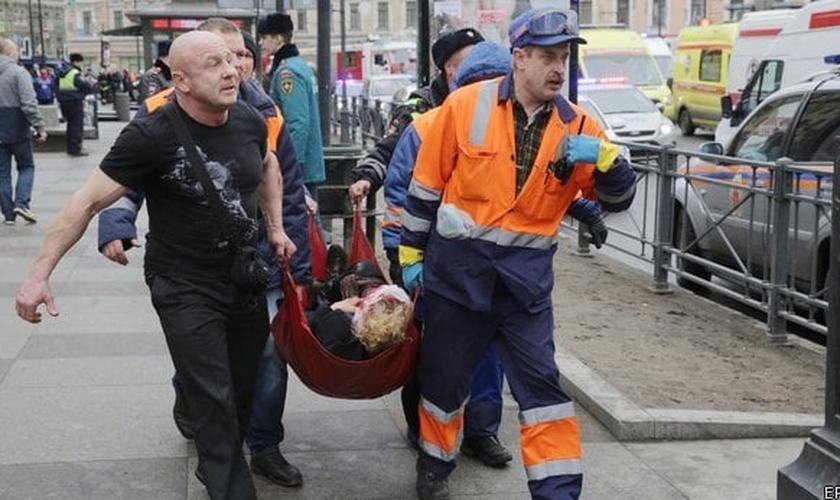 Equipes de resgate carregam vítimas do atentado em São Petersburgo. (Foto: RTE)