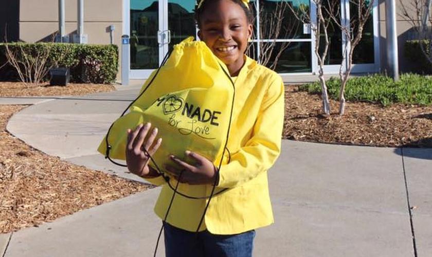 Mais de mil sacos com brinquedos e Bíblias foram distribuídos. (Foto: Reprodução/Facebook/A'Layah's Lemonade for Love)