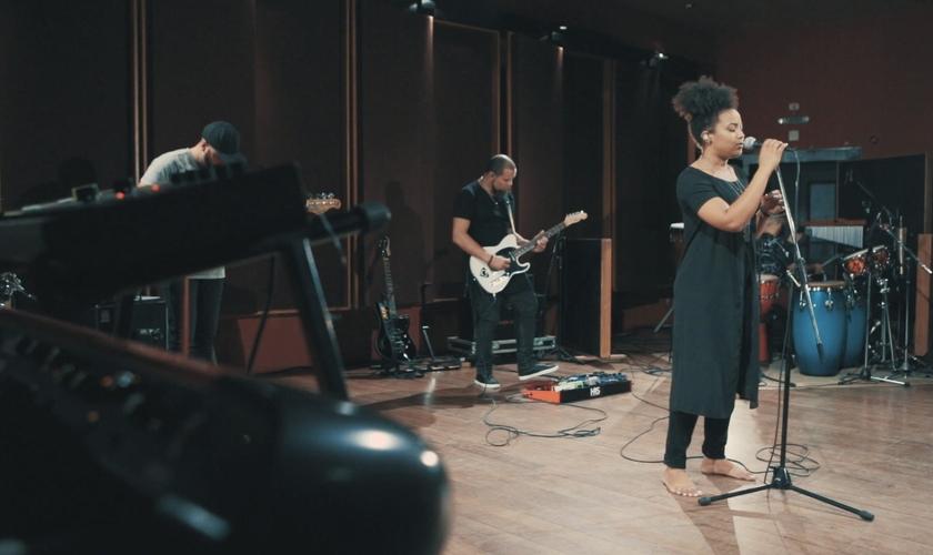 """O primeiro vídeo divulgado foi """"Deus Está no Controle"""", com participação do Pregador Luo. (Foto: Divulgação)."""