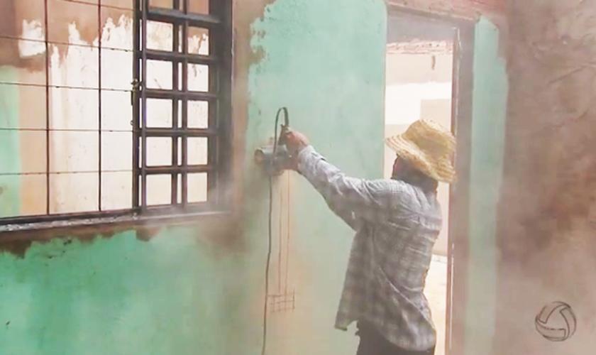 Cristãos se unem para construir e reformar casas de famílias carentes. (Foto: Reprodução/TV Morena/MSTV)