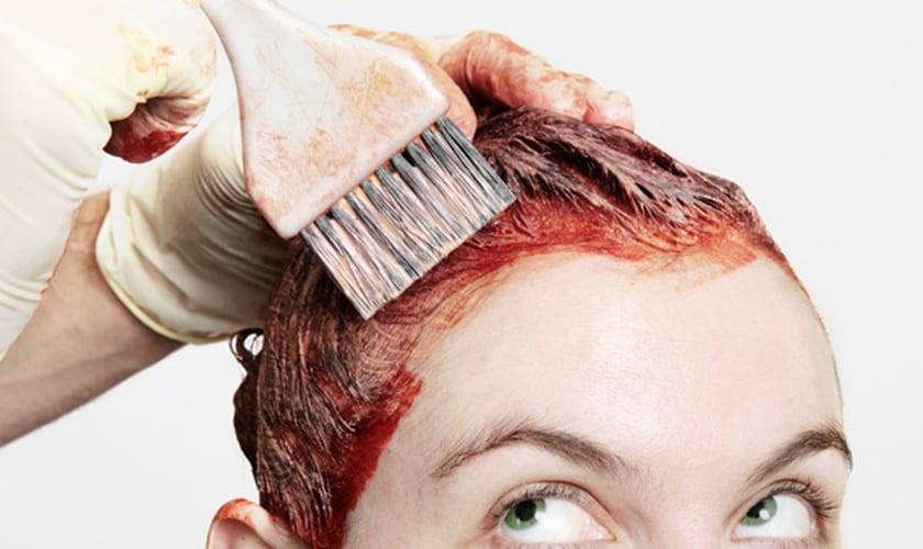 Saiba como tingir o cabelo em casa sem cometer erros. (Foto: Powerofforever/Getty Images)