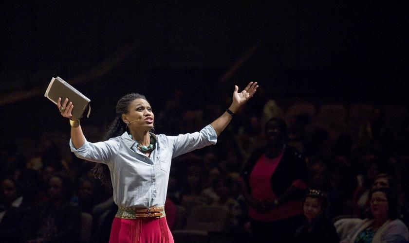 """Atriz do filme """"Quarto de Guerra"""", Priscilla Shirer, durante pregação nos Estados Unidos. (Foto: Reprodução)"""
