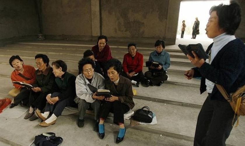 Cristãs norte-coreanas cantam hinos. (Foto: BBC)