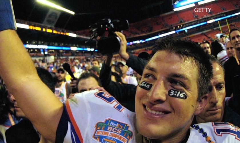 Em 2009, Tim Tebow decidiu jogar pelo seu time de futebol americano com a referência a João 3:16 sob seus olhos. (Foto: CNN)