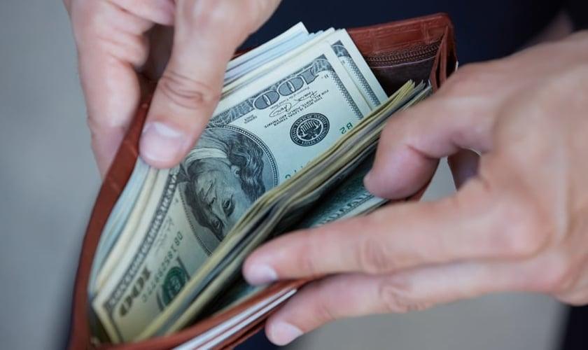 Carteira cheia de dinheiro. (Foto: cheatsheet)