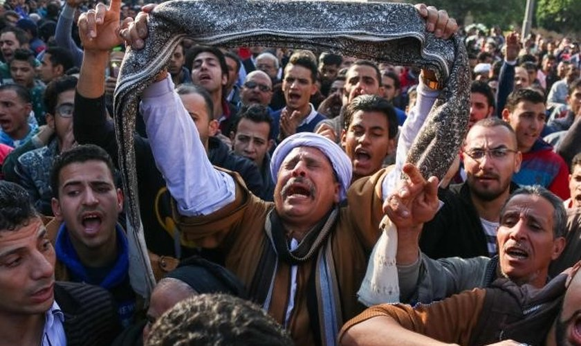 Cristãos coptas lamentam a morte de parentes em ataques terroristas. (Foto: News.com.au)