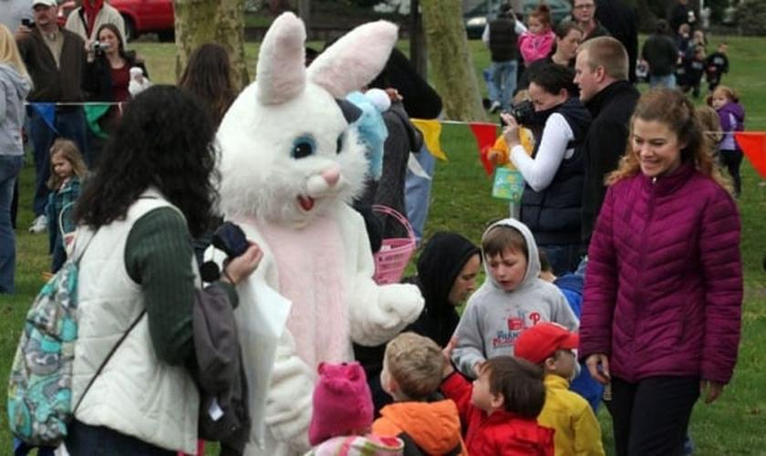 Crianças brincam com 'coelho da Páscoa' em festa infantil. (Foto: CTV News)