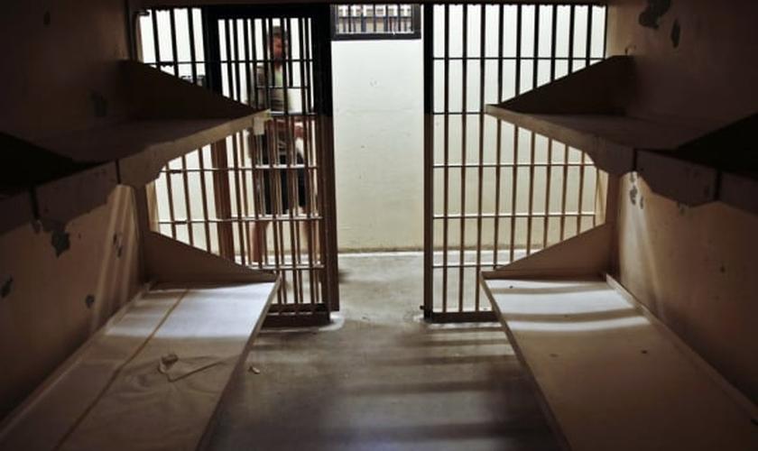 Imagem ilustrativa. Detento renunciou sua fé muçulmana por causa do amor que recebeu de cristãos. (Foto: Reuters/Rick Wilking)