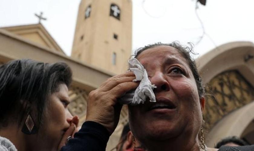 Mulher chora após duas explosões que mataram pelo menos 44 pessoas no Egito. (Foto: Mohamed Abd El Ghany/Reuters)