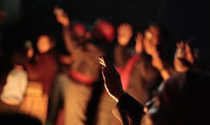 Sacerdote maia faz oração para o Sol em torno de uma fogueira em Alta Verapaz, na Guatemala. (Foto: Reuters/Jorge Dan Lopez)