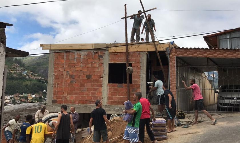 Os voluntários aproveitaram uma parte vazia do terreno onde a família mora. (Foto: ASN).