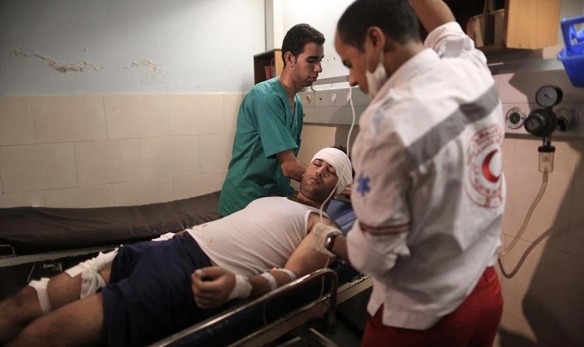 Paramédicos trabalhando em turnos de 24 horas na região de Gaza. (Foto: Wissam Nassar/Al Jazeera)