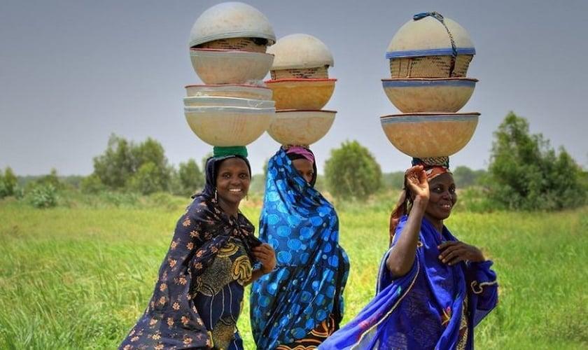 Mulheres do grupo étnico fulani, que compreende várias populações espalhadas pela África Ocidental. (Foto: Irene Becker)