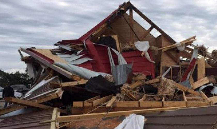 Celeiro foi quase que totalmente destruído pelo tornado. (Foto: CBS)