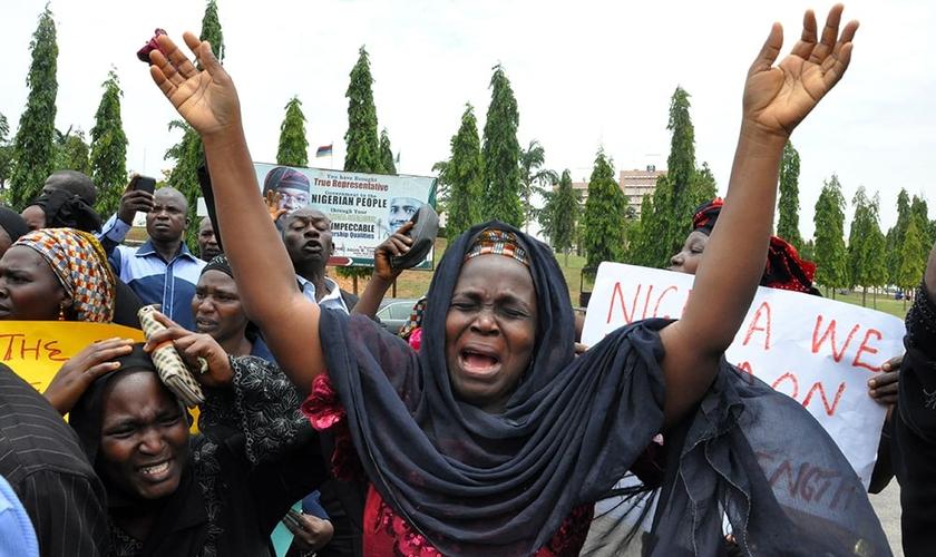 Mulher chora por sua filha, sequestrada na Nigéria. (Foto: AP Photo)